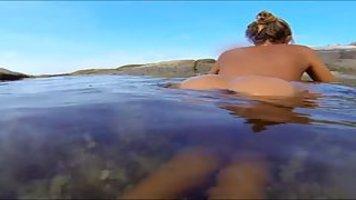 Голая мокрая Катя плавает и светит своими дырками