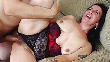 Опытная зрелая тетка обожает секс с парнями которые младше ее